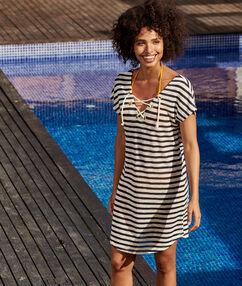 Пляжное платье в морском стиле экрю.