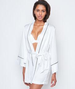 Контрастный атласный халатик-кимоно белый.