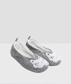 Chaussons gris.