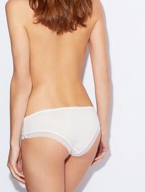 Комфортабельные трусики-шорты из модала с кружевной отделкой белый.