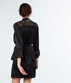 Атласный халат - кимоно с кружевной отделкой чёрный.