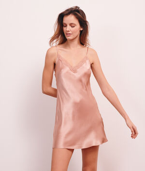 Платье-сорочка из натурального шелка;${refinementColor}