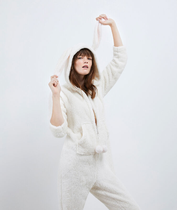 Пижама-комбинезон в виде зайца экрю.