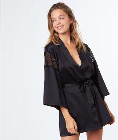 Атласный халатик-кимоно с кружевными деталями чёрный.