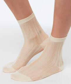 Короткие носки из вискозы экрю.