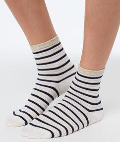 Короткие носки в сине-белую полоску экрю.