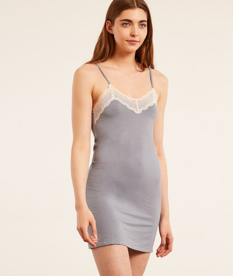 Платье-сорочка на тонких бретельках и кружевной окантовкой;${refinementColor}