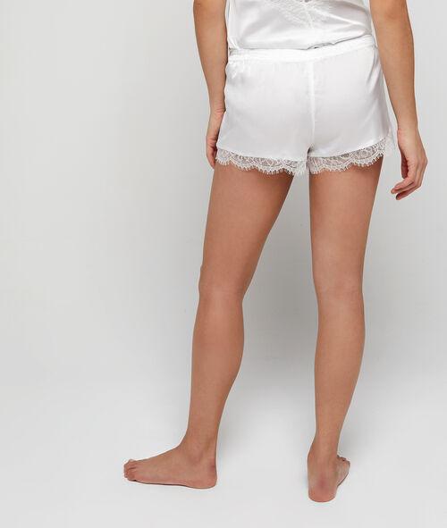 Атласные пижамные шорты с кружевом по краю